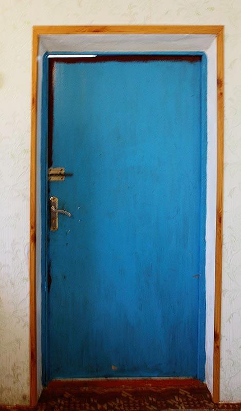 входная дверь в деревенский дом